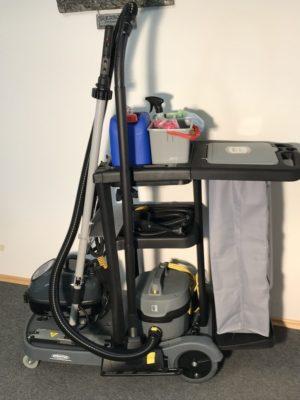 Direkt neben der Staubsaugerdüse ist ausreichend Platz zur Mitnahme eines Staubsaugers. Wie es sich für einen Hygiene Trolley gehört, empfehlen wir die Verwendung eines Saugers mit Hepa Filter.
