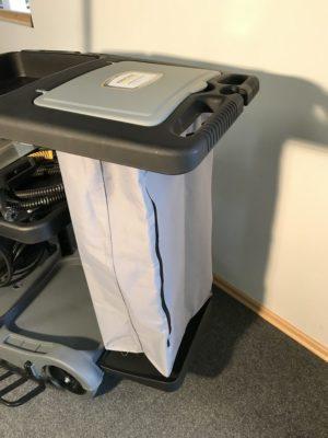 Schließlich findet sich am Schubbügel noch ein 120 L Wäsche- oder Müllsack mitDeckel, der auch dazu verwendet werden kann gebrauchte und verschmutze Moppbezüge einzusammeln.